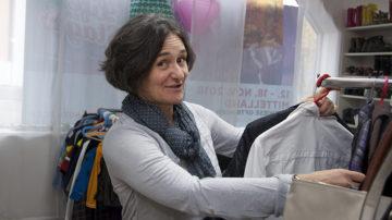 Sonja Neuenschwander im Kleiderladen von «Speis & Gwand». An Kleider zu kommen, sei einfacher als an Lebensmittel. Deshalb ist das Team froh über Lebensmittel- oder Geldspenden. | © Roger Wehrli