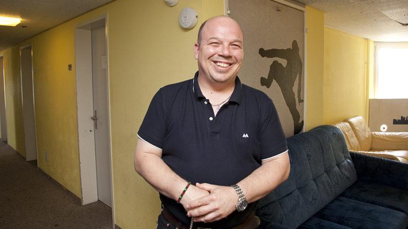 Dieter Haefeli und sein Team betreuen im Hochhaus an der Zollstrasse um die 100 Jugendliche, die ohne erwachsene Begleitung als Asylsuchende in die Schweiz kamen.   © Roger Wehrli