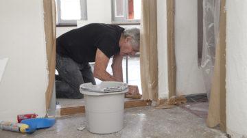 Bis alles zur Eröffnung fertig ist, gibt es noch viel zu tun. Freiwillige helfen, das Haus instand zu stellen. Für Reinigungsarbeiten hat  sogar der Rotary-Club Baden zugesagt. | © Roger Wehrli