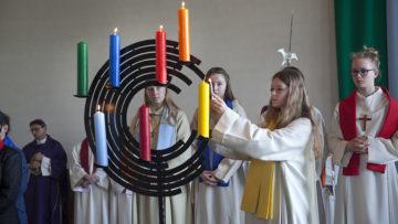 Der eigens für den neuen Pastoralraum gestaltete Leuchter wird an den Patrozinien der verschiedenen Pfarreien zum Einsatz kommen. | © Roger Wehrli