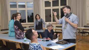 Regisseur Hannes Leo Meier ermuntert seine Truppe: «Zeigt den Leuten, dass das Thema sie etwas angeht! Fragt doch, ob sie wissen, wer in ihrem Bekanntenkreis arm ist.» | © Roger Wehrli