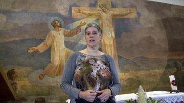 Barbara Metzler, Gemeindeleiterin von Mettau und Gansingen, erläutert die geschichtlichen Hintergründe zur Bruderklausenkapelle in Etzgen. | © Roger Wehrli