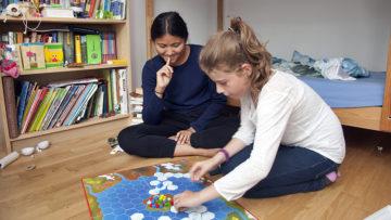 Choezin liess sich von der Begeisterung ihrer Pflegefamilie für Spiele anstecken. Sogar das Jassen hat sie schon gelernt. | © Roger Wehrli