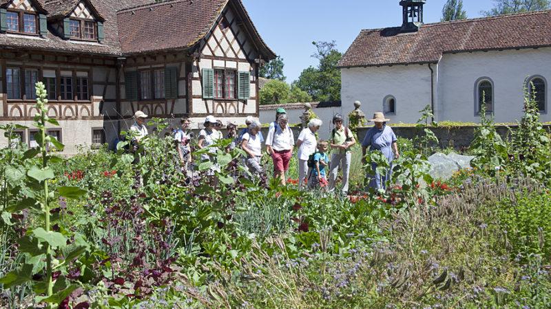 Schwester Beatrice führt die Besucherinnen und Besucher durch einen von vier Gärten des Klosters Fahr. Das Fahr beteiligt sich an der nationalen Aktion «Offener Garten», die 2017 bereits zum achten Mal durchgeführt wird. | © Roger Wehrli