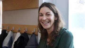Sarah Knecht unterrichtet Biologie an der Kantonsschule Baden. Sie hat sich schon an verschiedenen Orten für Flüchtlinge eingesetzt. Sie findet es schön, dass dank der freiwilligen SchülerInnen, die Deutschstunden geben, die Schule auch Asylsuchenden zugänglich ist.  | © Roger Wehrli
