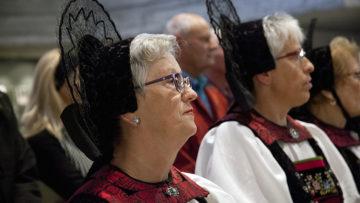 Spontan nahm Bischof Felix auch sie in seiner Predigt auf: Gottesdienstbesucherinnen in Festtagstracht. | © Roger Wehrli