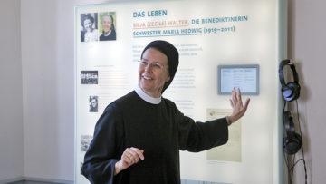 Zeigt den Frauen den Silja Walter-Raum im Kloster Fahr: Priorin Irene Gassmann. | © Roger Wehrli