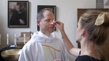 Letzte Vorbereitungen: Diakon Marcus Hüttner in der Express-Maske. | © Roger Wehrli