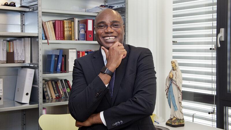 Ab 1. Mai 2020 ist Dr. Valentine Koledoye der neue Bischofsvikar für die Bistumsregion St. Urs im Bistum Basel. | © Roger Wehrli