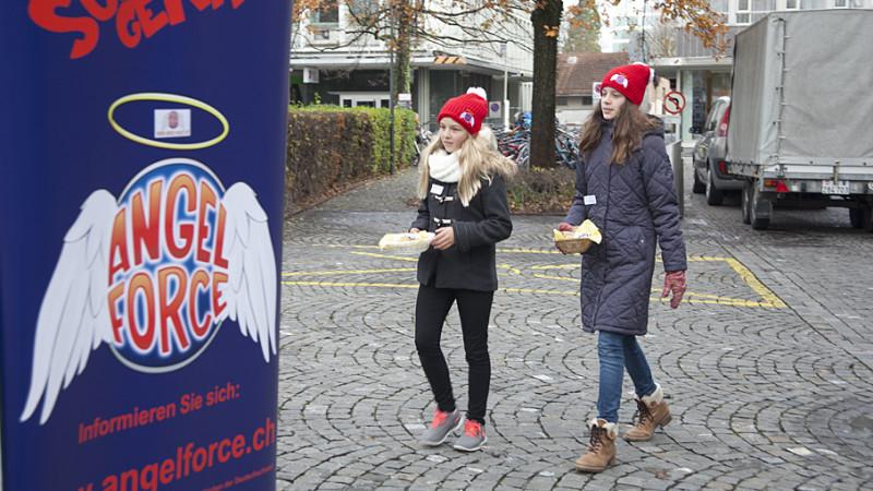 Als Engel auf Charme-Offensive: Auch Aargauer Jugendliche beteiligen an der Aktion Angel Force. | © Roger Wehrli