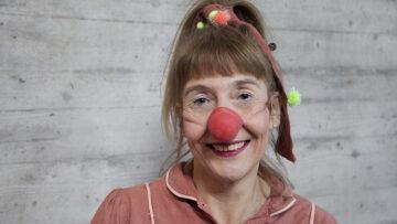Gudrund Schröder schlüpft in die Rolle der Clownin Fidelia.   © Roger Wehrli
