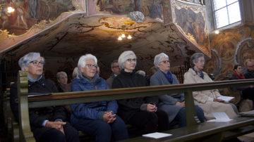 Jeden Donnerstag kommen Menschen aus der Umgebung zum Mitbeten in die Klosterkirche. «Es stärkt uns, diese Unterstützung zu spüren», sagt Priorin Irene Gassmann. | © Roger Wehrli