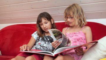 Adriana lümmelt mit Linda auf dem Ledersofa herum und blättert nachdenklich das Fotobuch mit den gemeinsamen Erlebnissen vor und zurück. | @ Roger Wehrli