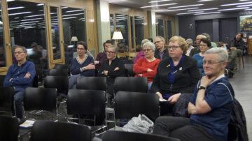 Nur wenige Menschen kamen zur Podiumsdiskussion nach Brugg, aber ihr Interesse war dafür umso grösser.   © Roger Wehrli