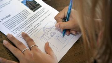 Auf dem Postenlauf lernen die Schulklassen die jüdischen Traditionen kennen. | © Roger Wehrli