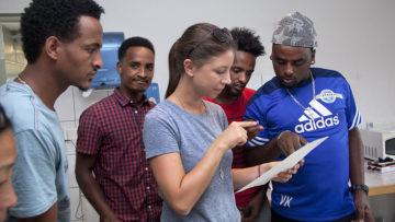 Fitsum und Abraham erklären Seline, was sie alles in die Salatsauce gemischt haben. Seline Keller leitet die Regionale Koordinationsstelle für Freiwilligenarbeit im Asylbereich im Fricktal. | © Roger Wehrli