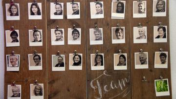 Ein Team von etwa 30 Freiwilligen hilft bei «Speis & Gwand» mit. Reibereien im Team habe es noch nie gegeben, sagt Sonja Neuenschwander. Die Zusammenarbeit macht den Helferinnen und Helfern spürbar Freude. | © Roger Wehrli