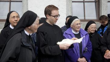 Pater Thomas liest den handgeschriebenen Brief aus dem Jahre 1804 vor. | © Roger Wehrli