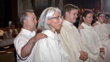 Veronika Scozzafava (im Vordergrund) wirkt in der Pfarrei St. Johannes Evangelist in Buchs, wo auch die Feier stattfand. | © Roger Wehrli