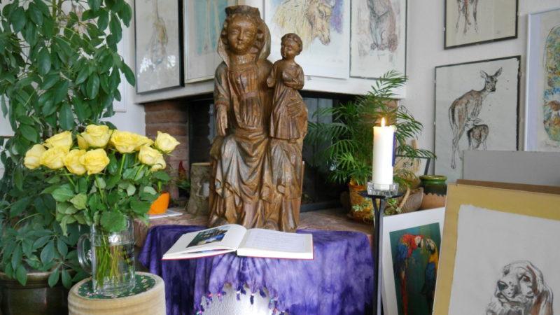 Vor dem Kamin stand die Kölliker Maria bei Astrid und Hansruedi Nideröst in Schöftland. Jetzt reist die Statue zum Ehepaar Plansky und damit zu ihrer letzten Station, denn am 13. August wird die Kirche in Kölliken wiedereröffnet und Maria darf heim. | © Anne Burgmer