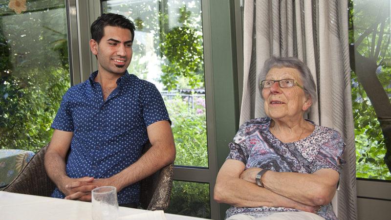 Seit einem Jahr leben Rosemarie Amstutz und Zana Hame aus Syrien zusammen unter einem Dach. DIe bald 90-jährige Rentnerin entschloss sich, den 21-jährigen Flüchtling bei sich aufzunehmen. «Alle sagen immer: Man sollte machen... und erwarten dies dann von den anderen. Ich möchte nach dem Evangelium leben, das hat meinen Entscheid sehr beeinflusst», so die überzeugte Katholikin.   © Roger Wehrli
