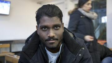 Seine Eltern stammen aus Sri Lanka: Piravien ist in der Schweiz aufgewachsen und besucht die Alte Kanti in Aarau. Oft halten die Menschen ihn für einen Flüchtling. Die Vorurteile, mit welchen diese konfrontiert werden, kennt der junge Schweizer aus diesem Grund nur zu gut. | © Roger Wehrli