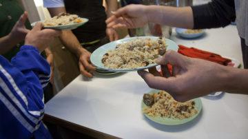 Reis mit Fleisch, Rosinen und Mandeln. Das Essen schmeckte den Besucherinnen und Besuchern sehr. | © Roger Wehrli