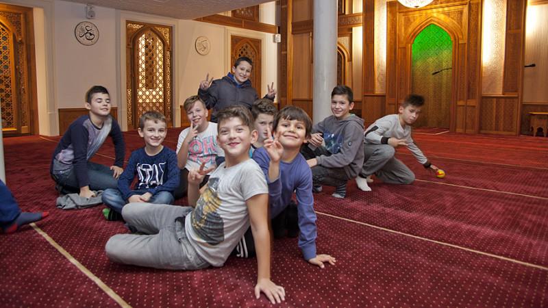 Buben posieren in der Mosche der Islamischen Gemeinschaft der Bosniaken des Kantons Aargau (IGBA). Horizonte wollte wissen, was die Jugendarbeit der Muslime in der Schweiz für die Integration tut. | © Roger Wehrli