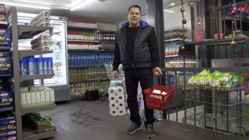 Er kaufe hier fast alles, erklärt dieser Kunde. Der Mann, der seinen Namen nicht veröffentlicht haben will, lebt von Sozialhilfe und ist froh, dass es den Caritas-Markt gibt. | © Roger Wehrli