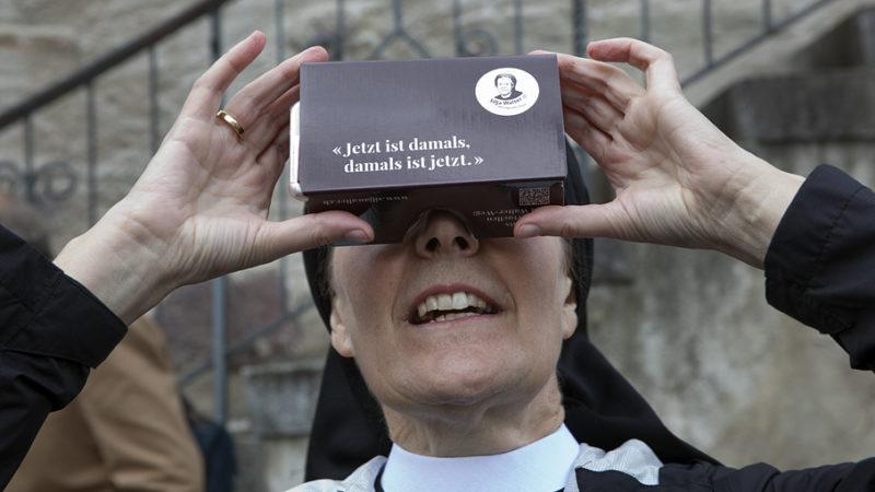 Priorin Irene Gassmann mit der Virtual Reality-Brille, mit der man den Silja Walter-Weg virtuell begehen kann. Mit dem Smartphone via www.siljawalter.ch lässt sich das Programm aktivieren. | © Roger Wehrli