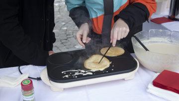 In einer der vergangenen Angelforce-Aktionen beschenkten Jugendliche die Passanten in Aarau mit selbstgebackenen Crêpes. | © Roger Wehrli
