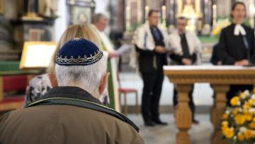 Beim Gebet der Religionen treffen sich Vertreterinnen und Vertreter der verschiedenen Religionen und Konfessionen. Hier das Gebet der Religionen am 17. September 2017 in Baden.   © Roger Wehrli