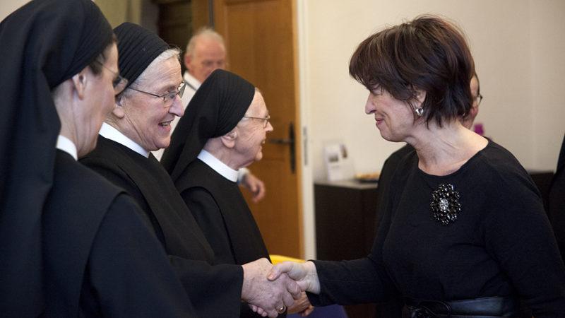 Zur Jubiläumsfeier «888 Jahre Kloster Fahr» stattete Bundesrätin Doris Leuthard den Schwestern im Kloster Fahr einen Besuch ab und nahm sich beim Apéro Zeit, mit allen ein paar Worte zu wechseln.   © Roger Wehrli