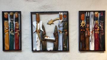 Die drei Könige finden sich ganz links, ganz rechts König Herodes mit Tod, Teufeln und Dienern. In der Mitte das heilige Paar mit dem Jesuskind und einem Engel. | © Roger Wehrli