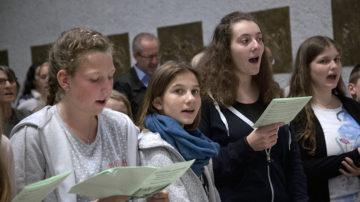 Zwei Kirchenchöre und zwei Jugendchöre sangen zusammen. So dirigierte die Chorleiterin Margret Sohn über 80 Sängerinnen und Sänger. Er klingt gut, der neue Pastoralraum! | © Roger Wehrli