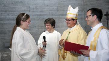 «Wir sind bereit», versprachen die fünf Kandidaten ihrem Bischof. Von links: Angela Bucher-Adamek, Elke Freitag, Bischof Felix, Thomas Rückstuhl. | © Roger Wehrli