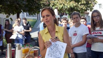Susanne Holthuizen als Vertreterin des jüdischen Kulturwegs Endungen-Lengnau begrüsst die Schülerinnen und Schüler sowie die anwesenden Politiker und Presseleute. | © Roger Wehrli