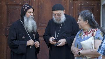 Pater Isidoros (links) von der koptischen Gemeinde in Dietlikon zusammen mit Father Rewis Awadalla und seiner Frau Marian aus Milwaukee im Staat Wisconsin. | © Roger Wehrli