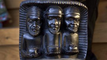 In Anlehnung an die in Afrika bekannten Könige und Stammesfürsten sind die Erkennungsmerkmale  nicht die bei uns üblichen Kronen, sondern die für die Mächtigen des Landes  dort üblichen Kopfbedeckungen. | © Roger Wehrli