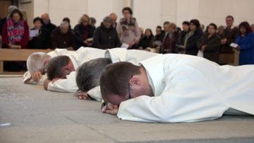 Während die versammelten Gläubigen im Rahmen der Heiligenlitanei verschiedene Heilige anrufen, legen sich die Anwärter aufs Diakonamt auf den Boden. | © Roger Wehrli