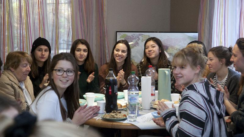 Schülerinnen der Kantonsschule Baden beim Mittagessen im Asylheim «Metropole». | © Roger Wehrli