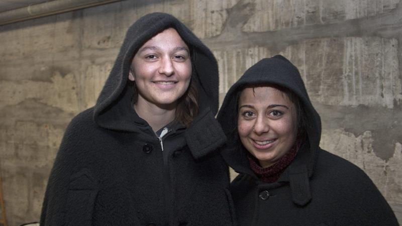 Premiere in Wohlen: Samira und Olivia (von links) sind die ersten weiblichen Schmutzlis, die dieses Jahr den Samichlaus begleiten dürfen. Noch immer ist das Samichlausbrauchtum eine Männerbastion. Auch in Wohlen brauchte die Öffnung Zeit. | © Roger Wehrli