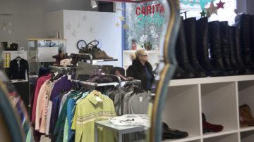 Hosen für fünf Franken, einen Mantel für 20 Franken: Das Angebot im Aarauer Caritas-Secondhandshop umfasst auch Hemden, Blusen und Schuhe. Nahezu die gesamte Ware ist gespendet. | © Roger Wehrli