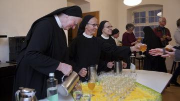 Beim Apéro mit Brot und Punsch kamen Gottesdienstbesucherinnen und -besucher mit den Benediktinerinnen ins Gespräch. | © Roger Wehrli