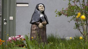 Figur der heiligen Maria Bernarda in einem Garten in Auw. | © Roger Wehrli