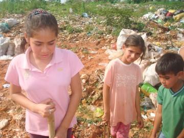 An eine gute Schulbildung ist für diese Indigena-Kinder auf einer Müllhalde in Asuncion (Paraguay) kaum zu denken. Mit dem Pasptbesuch verbinden sich Hoffnungen auf eine Verbesserung der Chancen der indigenen Bevölkerung, ganz konkret in der Frage der Landrechte. | ©kna-bild
