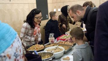 Gemeinschaft hört nach Gebet und Gottesdienst nicht auf. Nichts verbindet Menschen so sehr, wie gemeinsames Essen. Mitglieder der muslimischen Glaubensgemeinschaft sorgten für eine reichhaltige Tafel - niemand musste hungrig bleiben. | © Roger Wehrli