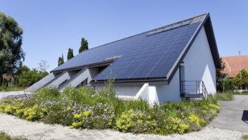 Auch die Kirchgemeinde Schöftland erhielt am 28. Juni das Umweltlabel Grüner Güggel. Hier das Dach der katholischen Kirche Kölliken mit Solarpanels. | © Roger Wehrli