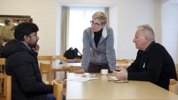 Die Projektleiterin Isabelle Odermatt (Bildmitte) betreut das Caritas-Integrationsprojekt. Sie steht bei Turbulenzen mit Rat und Tat zur Seite. | © Roger Wehrli