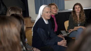 Faszinierte die Jugendlichen: Die Baldegger Schwester Iniga - langjährige Gefängnisseelsorgerin in Lenzburg. | © Roger Wehrli